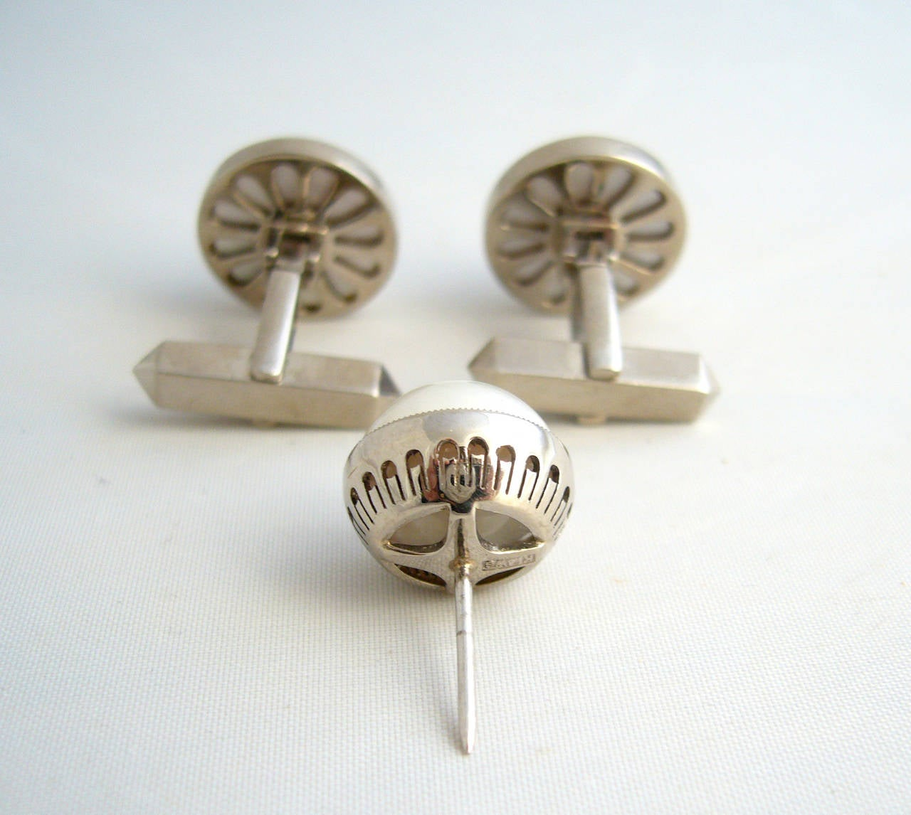 Mabé Pearl 14k White Gold Modernist Cufflinks Tie Tack Set In Excellent Condition For Sale In Los Angeles, CA