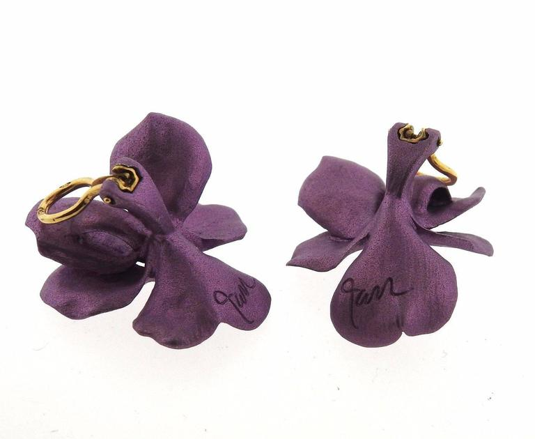 Jar Titanium Gold Purple Pansies Earrings In Excellent Condition For Sale In Lahaska, PA