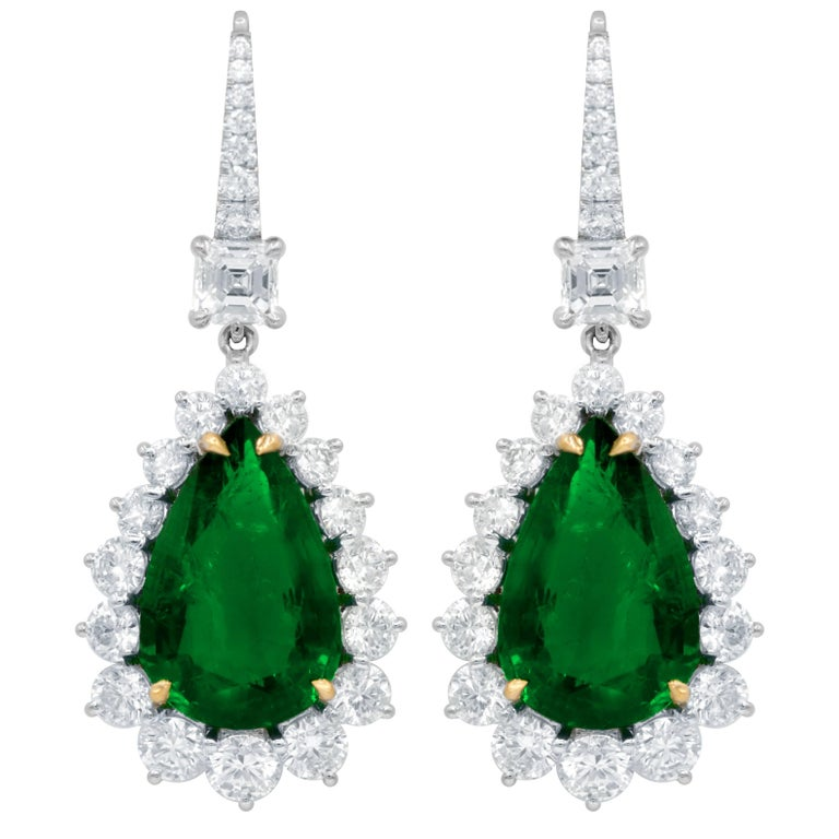 Exquisite Drop Earrings with 12.28 Carat Green Emeralds Crafted in 18 Karat Gold For Sale