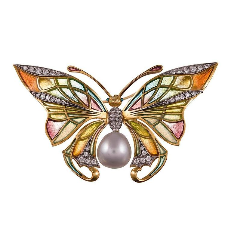Devotees of Masriera's iconic art nouveau designs will instantly recognize this piece as one that was created by the celebrated brand from Barcelona. These distinctively feminine works of art have been manufactured by Masriera since 1839 and