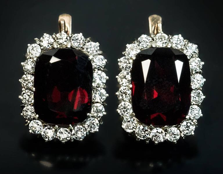 Antique Garnet Diamond Gold Cluster Earrings In Excellent Condition For Sale In Chicago, IL