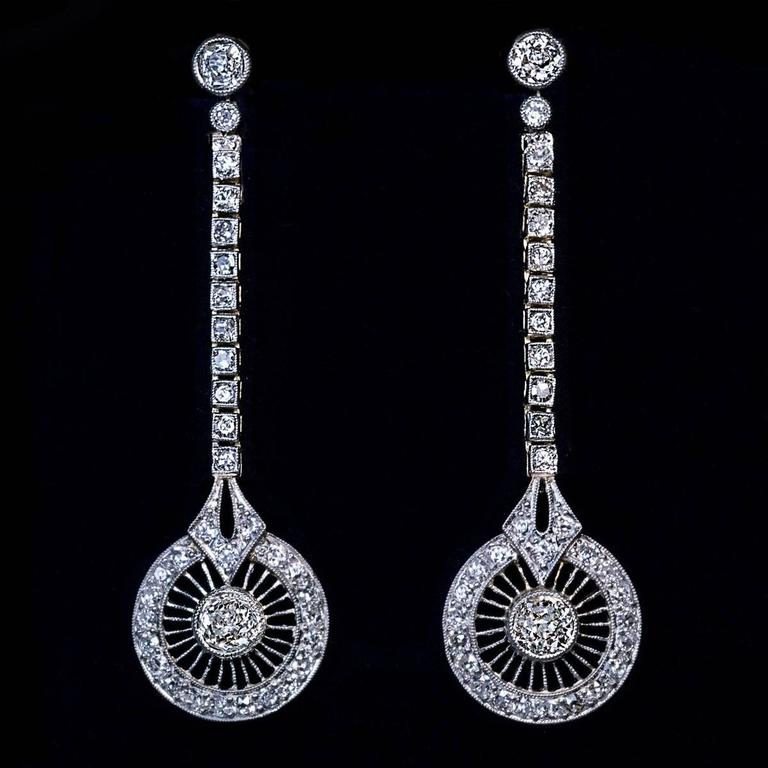 1920s Art Deco Diamond Gold Platinum Dangle Earrings In Excellent Condition For Sale In Chicago, IL