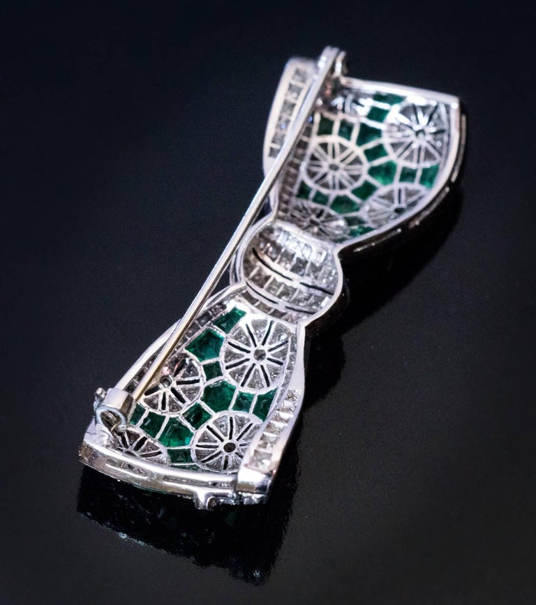 Women's or Men's Art Deco Diamond Emerald Platinum Bow Brooch For Sale