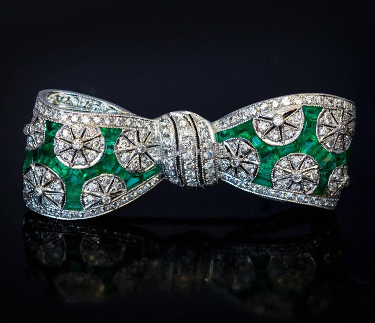 Art Deco Diamond Emerald Platinum Bow Brooch In Excellent Condition For Sale In Chicago, IL