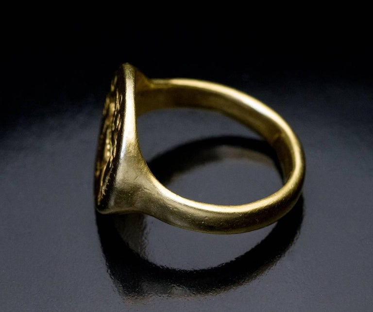 Ancient Roman Gold Signet Ring 2nd Century AD For Sale 2