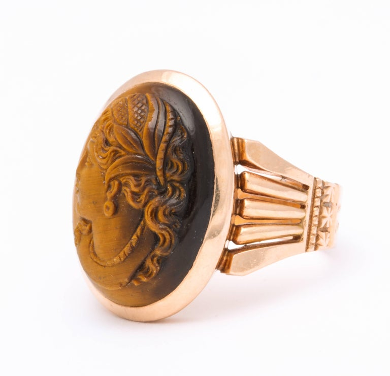 Antique Victorian Tiger Eye Stone Cameo Gold Ring In Excellent Condition For Sale In Stamford, CT