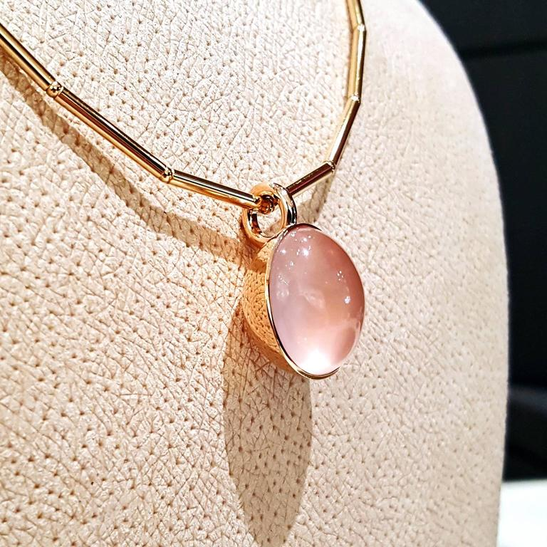 Glowing 20 Carat Rose Quartz Cabochon Gold Bowl Pendant Necklace In As New Condition For Sale In Dallas, TX