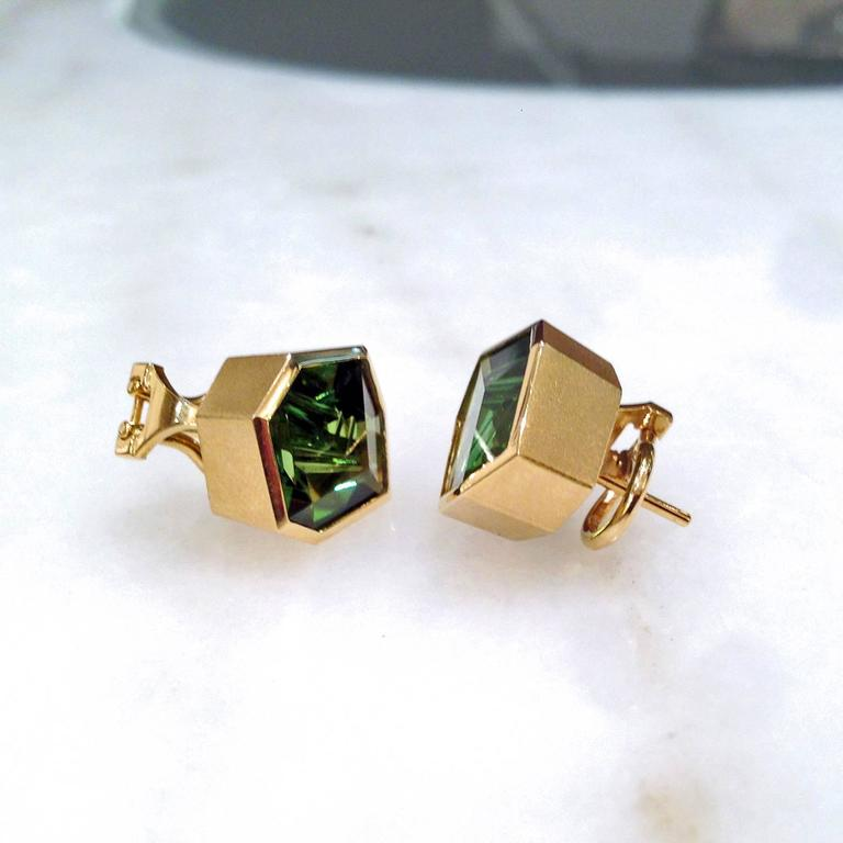 Atelier Munsteiner One of a Kind Faceted Green Tourmaline Gold Shuriken Earring 3