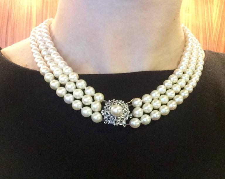 Triple Strand Pearl Necklace with gold clasp In Excellent Condition For Sale  In Ottawa 483f3d3a66
