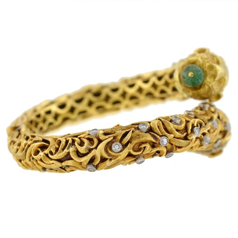 1960s Zolotas Emerald Diamond Gold Lion Bracelet In Excellent Condition For Sale In Narberth, PA