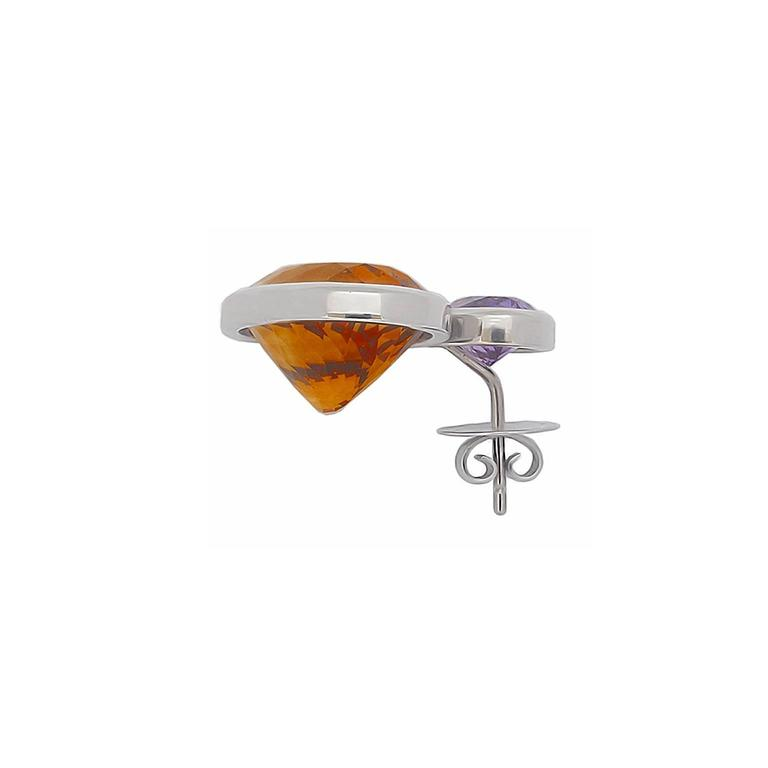 These 18k white gold earrings with two enticing citrine 36,06 ct and two shimmering amethyst 5.18 ct are from the beautiful pure design by Colleen B. Rosenblat. With a length of 27.5 mm and a wide of 22 mm they are perfect for every day.