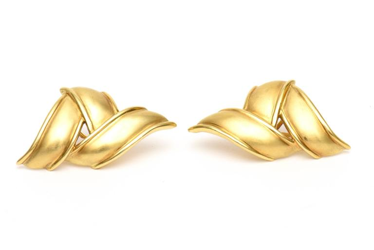 This pair of signed vintage and elegant Tiffany sculptural brush stroke earrings are 18K gold stamped and from the 70's. This is pre Elsa Peretti design from Tiffany. They lay beautifully on the ear lobe and hang a small amount. They are angled with
