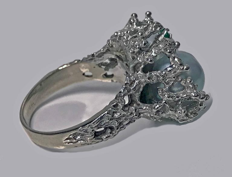 Abstract Modern Nugget Emerald Pearl White Gold Ring circa 1970 For Sale 2