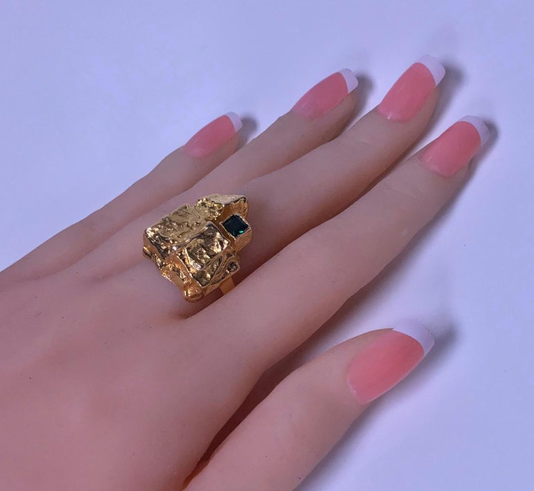 1970s Scandinavian Gold and Emerald Abstract Ring In Good Condition For Sale In Toronto, ON