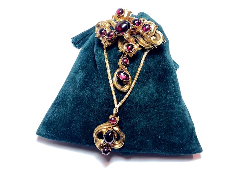 Victorian Cabochon Garnet Set Gold Brooch In Good Condition For Sale In London, GB