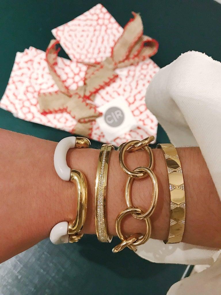 Modern 18 Karat Yellow Gold and White Jade Tubular Bracelet For Sale