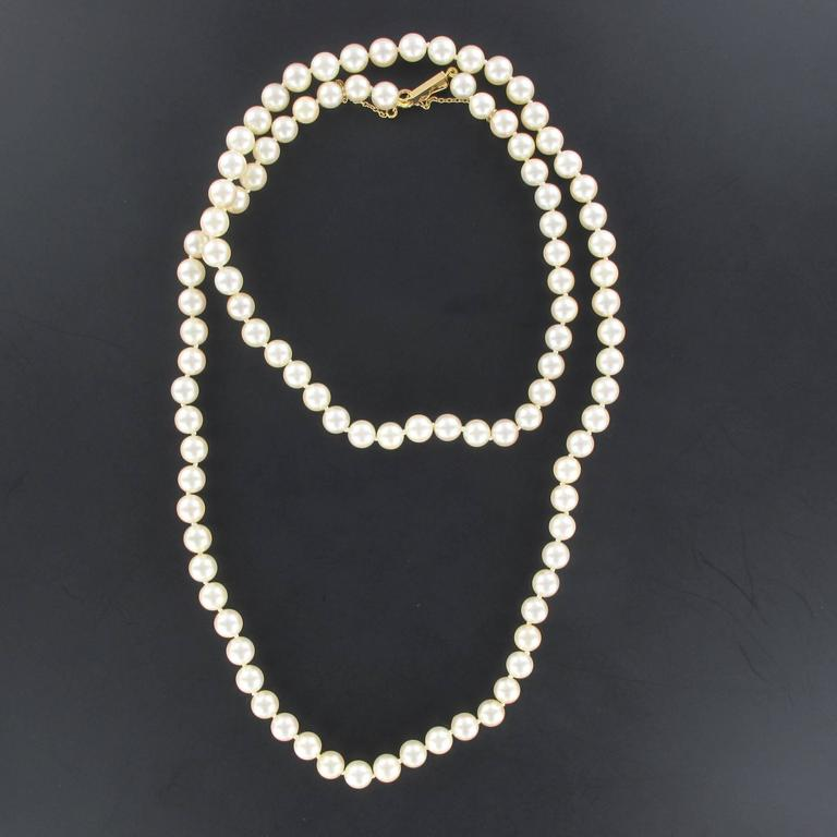 This pearl necklace is composed of a strand of Japanese cultured pearls which are held together by an 18K rose gold clasp.   Diameter of the pearls: 6/6,5. Overall length: 70 cm. Total weight: approximately 36,6 g.  The necklace was renfile on silk