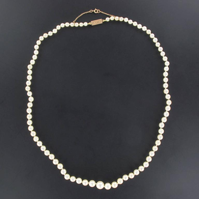 This pearl necklace is composed of a strand of Japanese cultured pearls which are held together by an 18K rose gold clasp.   Diameter of the pearls: 4/4,5 à 7/7,5 mm. Overall length: 53 cm. Total weight: approximately 19,5 g.  The necklace was