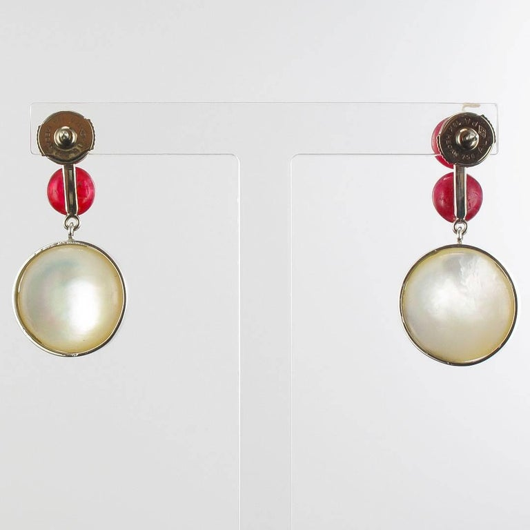Baume 8.50 Ruby South Seas Mabé Pearl White Gold Dangle Earrings In As New Condition For Sale In Poitiers, FR