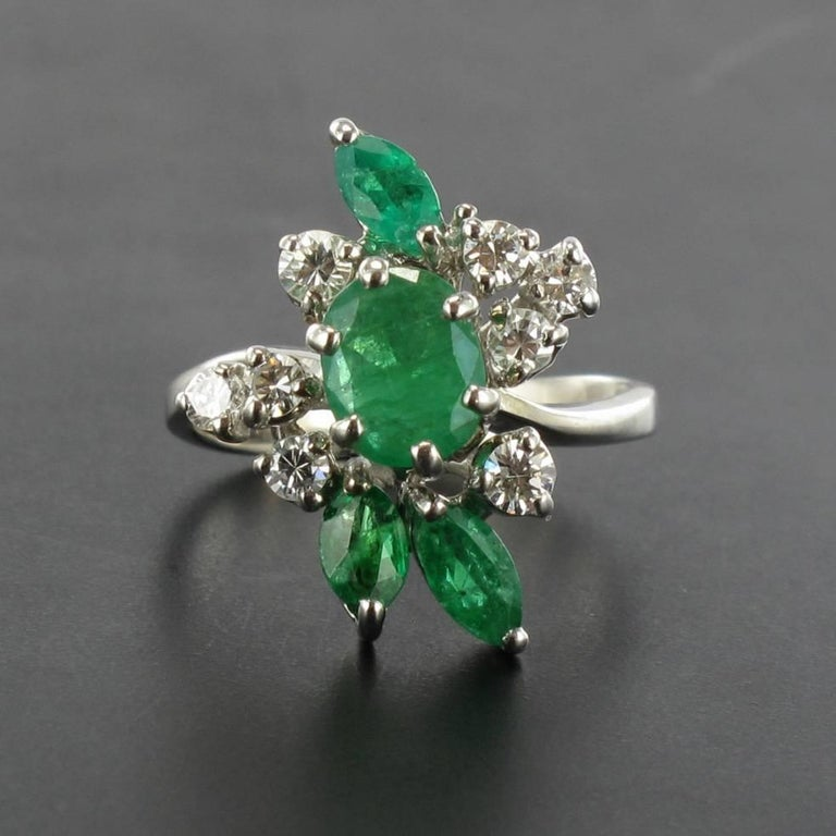 French 1970s Emerald Diamond 18 Carat White Gold Ring In Excellent Condition For Sale In Poitiers, FR