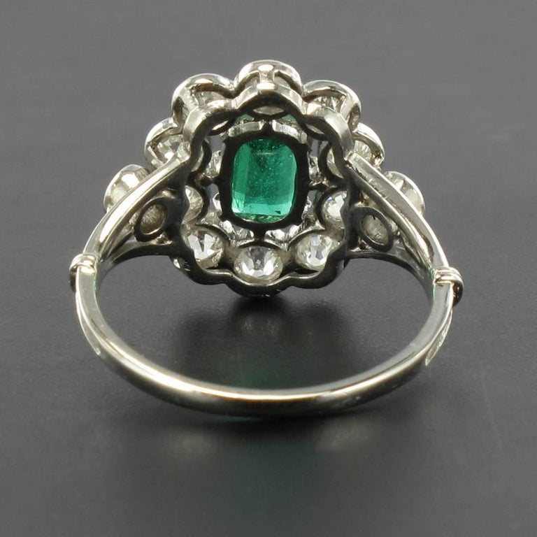 French 1900s Emerald Diamond 18 Carat White Gold Cluster Ring In New Condition For Sale In Poitiers, FR