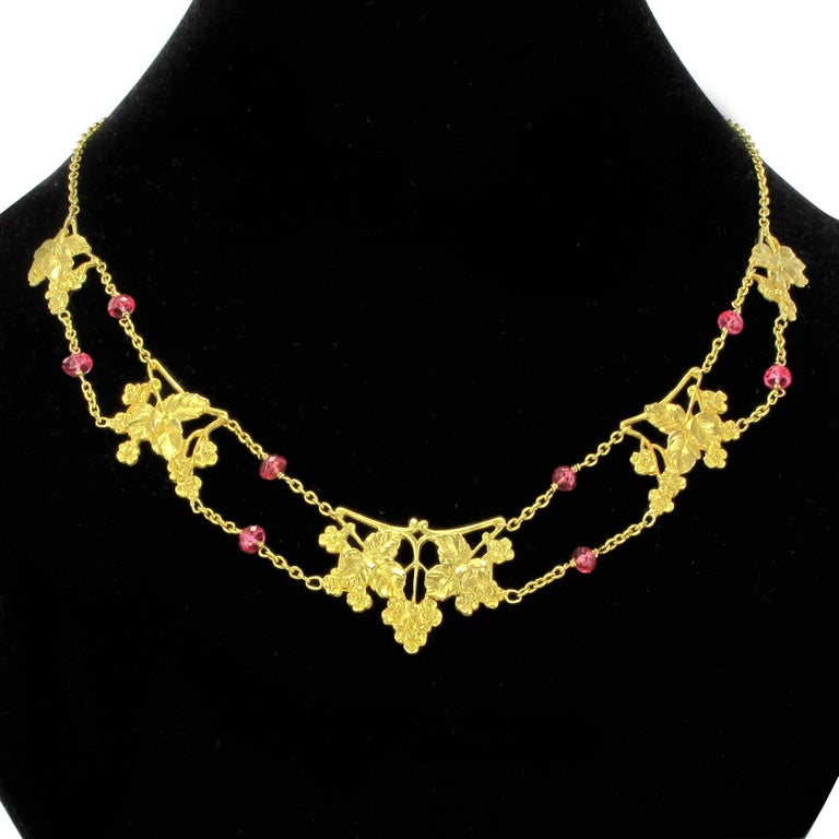Belle Époque French 1950s 18 Carat Yellow Gold Pink Spinel Beads Drapery Necklace For Sale