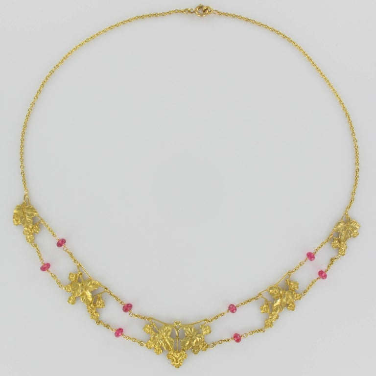French 1950s 18 Carat Yellow Gold Pink Spinel Beads Drapery Necklace In Excellent Condition For Sale In Poitiers, FR