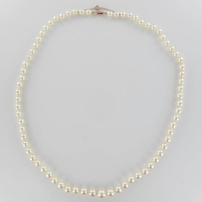 French 1950s Japanese Cultured Pearls Rose Gold Clasp Necklace In Good Condition For Sale In Poitiers, FR