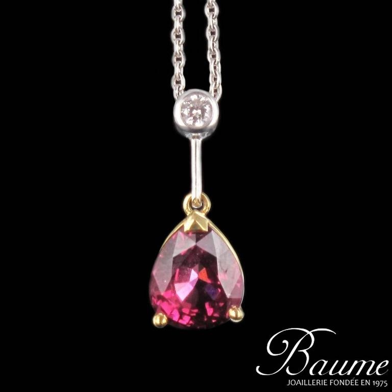 18 carat white gold pendant, eagle head hallmark.