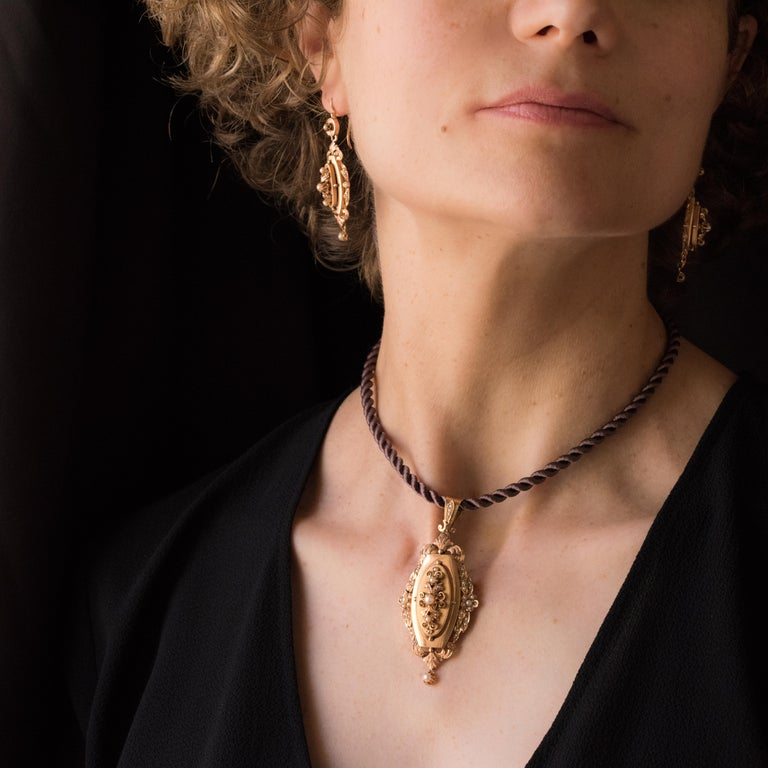 Parure in 18 carat rose gold, eagle head hallmark.   This antique set of jewellery is composed of a pair of dangle earrings and a brooch pendant.   The rose gold pendant is in a long diamond shape. It is set with an openwork flat design with an
