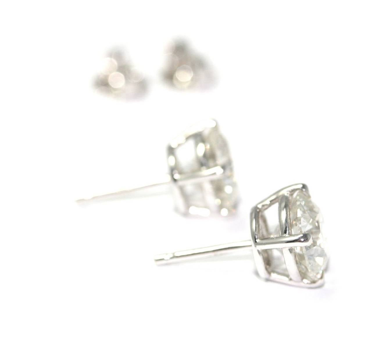 Ear studs in white gold set with brilliant cut diamonds 2.51 carats color H purity SI1 and 2.65 carats color H purity SI2, with two HRD Certificates (3,8grs)
