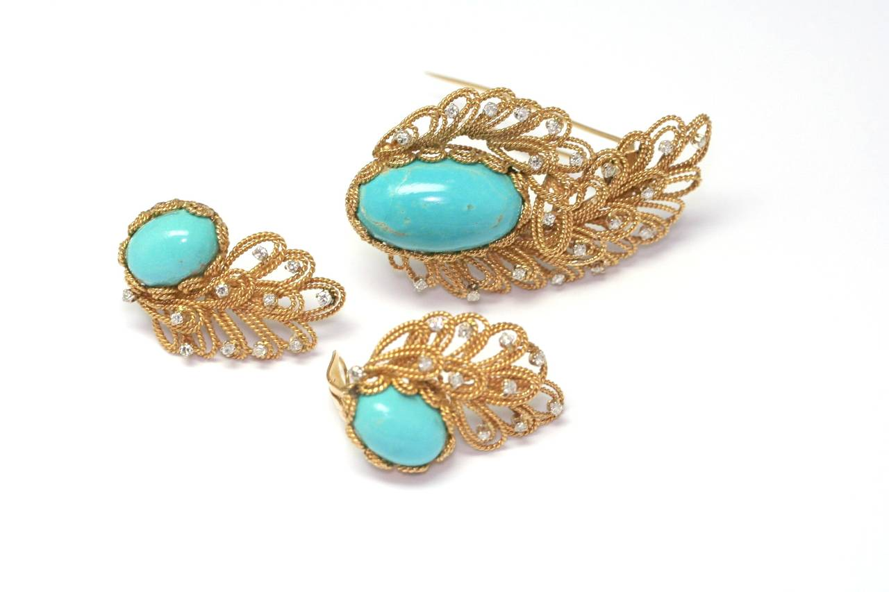 BOUCHERON mid twentieth century Brooch and earrings centered with cabochon oval turquoise in a circle of  twisted gold set with diamonds, pin  7 cm, earrings 4 cm (72,05grs)