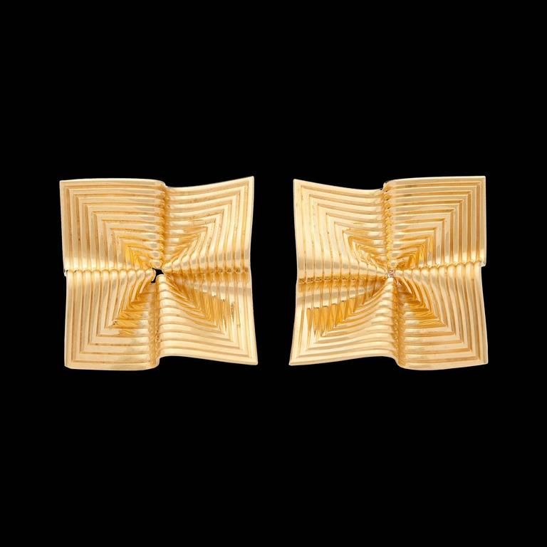Tiffany & Co. Vintage 18Kt Yellow Gold Fluted Fan Design Earrings with posts & friction backs. The Earrings measure 16.0mm in diameter, & weigh 4.1 grams total for the pair.