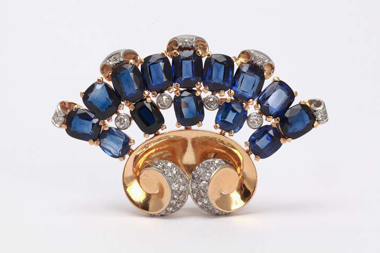 Europe, around 1940. A very fine craftsmanship. Mounted in 18 carat yellow gold and platinum. With 43 antique-cut diamonds weighing circa 1,30 ct. Deep blue sapphir and 13 synthetic sapphire weighing approximately 18,5 carat. Total weight: 24,53 g.