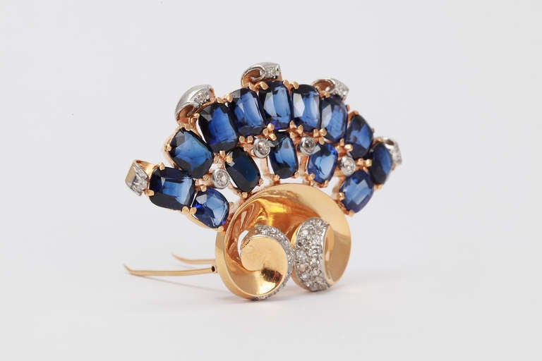 1940s Blue Sapphire Diamond Yellow Gold Platinum Brooch In Excellent Condition For Sale In Berlin, DE