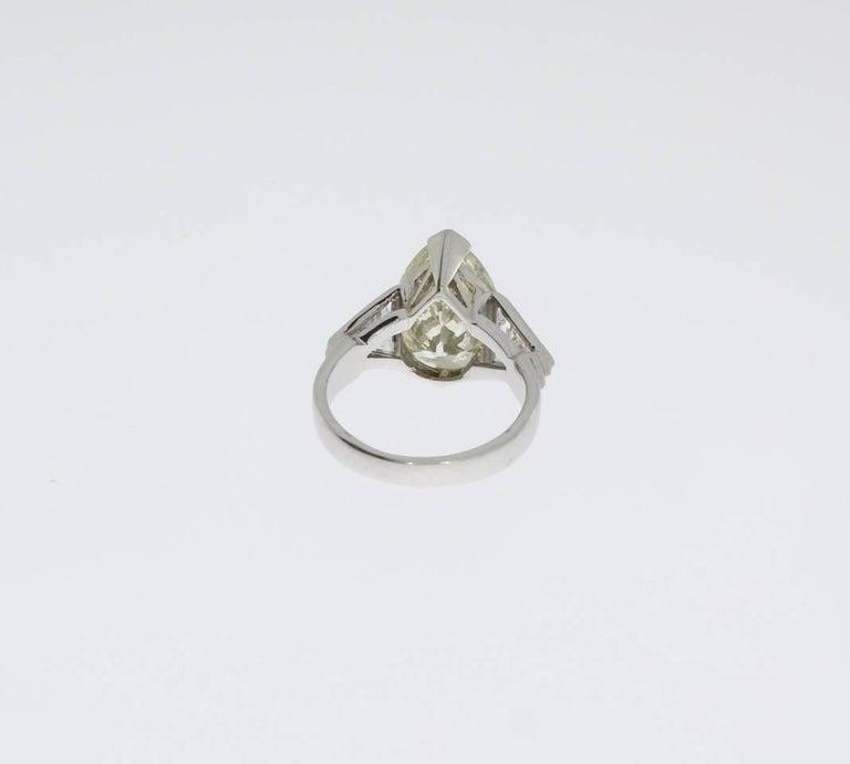 Art Deco Teardrop Diamond Platinum Engagement Ring In Excellent Condition For Sale In Berlin, DE