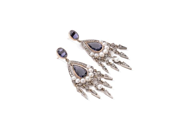 Set with 2 teardrops shape sapphire and 2 oval shape sapphire weighing approximately 6,19cts. 74 brilliant-cut diamonds weighing 0,79cts. and 16 pearls accented. Mounted in 18 carat yellow gold and silver. Weight: 13,46 g.