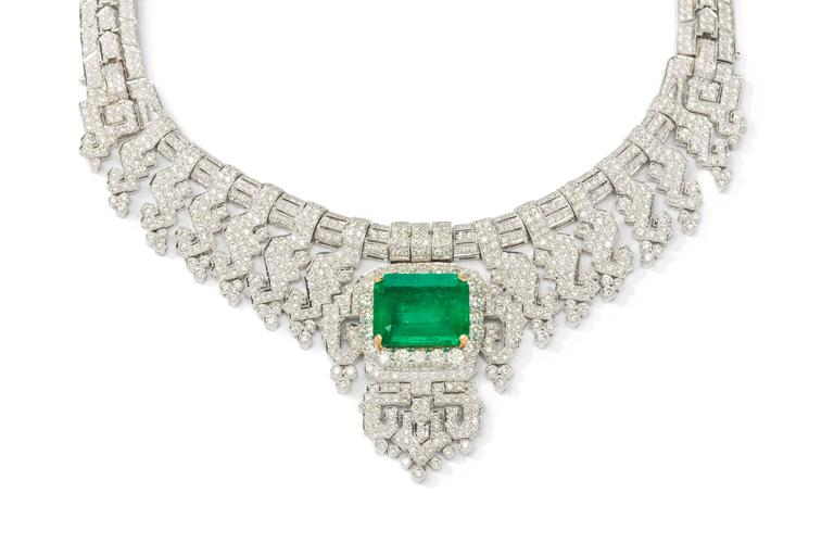 Attributed to Cartier. Featuring one Colombian emerald in emerald-cut weighing 24,40 cts. Enhanced by 1274 brilliant-cut diamonds weighing 28,80 cts. Mounted in 18K white- and yellow gold. Total weight: 178,73 g. Length: ca. 18.11 in ( 46 cm )