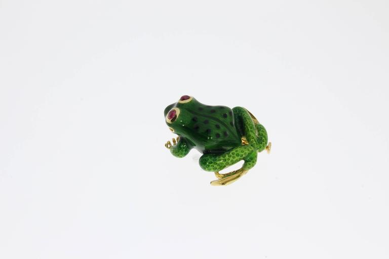 Spain, 1960's. Made of 18 K yellow gold with rubies eyes. Enameled. Signed on the back side of hind foot: RAMON. Total weight: 14,32 g. Measurements: 1.26 x 1.14 in ( 3,2 x 2,9 cm )
