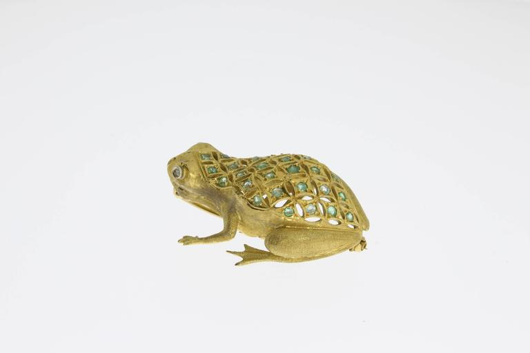 Finest jewelry in 18 K yellow gold, enchased. With brilliant-cut diamonds eyes. 28 emeralds adorn the entire surface. Hallmarked with the fineness 750 and makers mark on the reverse. Total weight: 16,11 g. Dimensions: 1.77 x 1.18 in ( 4.5 x 3 cm )