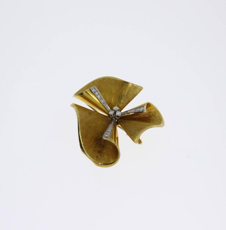 1950s Diamond Gold Floral Brooch In Good Condition For Sale In Berlin, DE