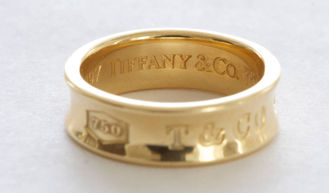 A timeless Tiffany favorite. The 1837 collection presents the recognizable Tiffany logo. Crafted in 18k gold with original Tiffany hallmarks and dated 1997.