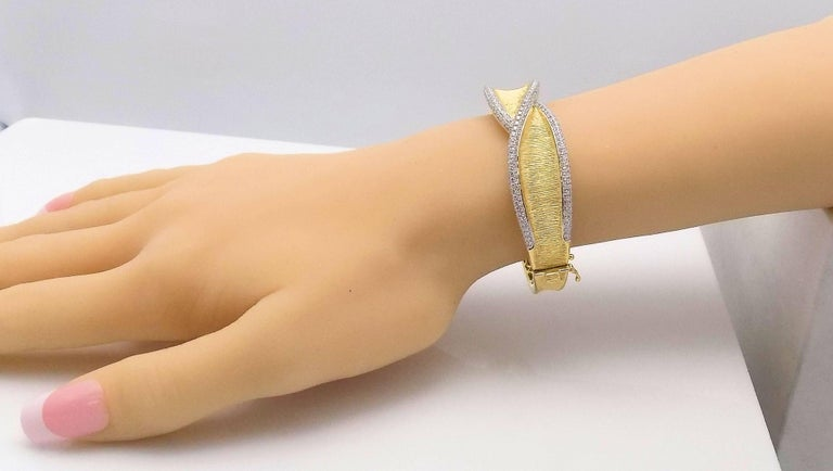 Diamond Hinged Bracelet In As New Condition For Sale In Dallas, TX