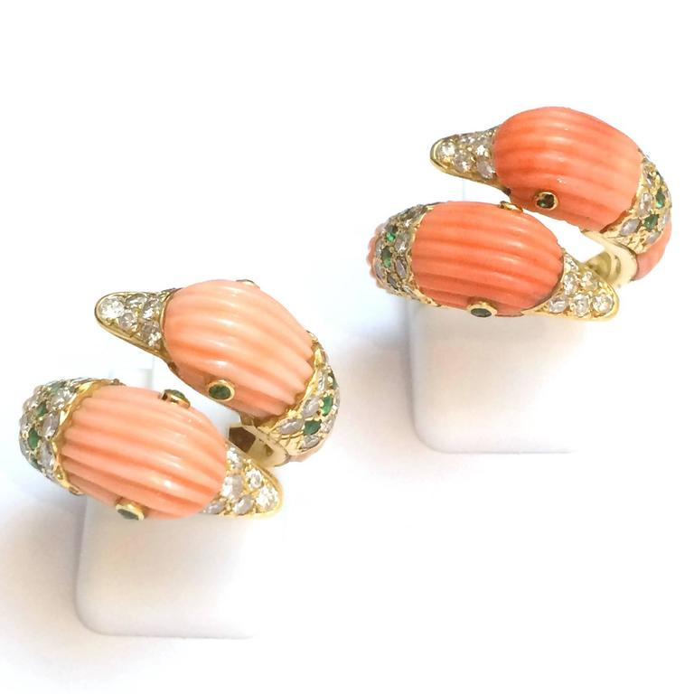 Contemporary 1980s Van Cleef & Arpels Coral Emerald Diamond Gold Ring For Sale