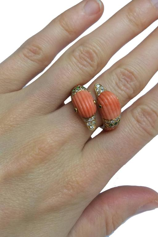 1980s Van Cleef & Arpels Coral Emerald Diamond Gold Ring For Sale 3