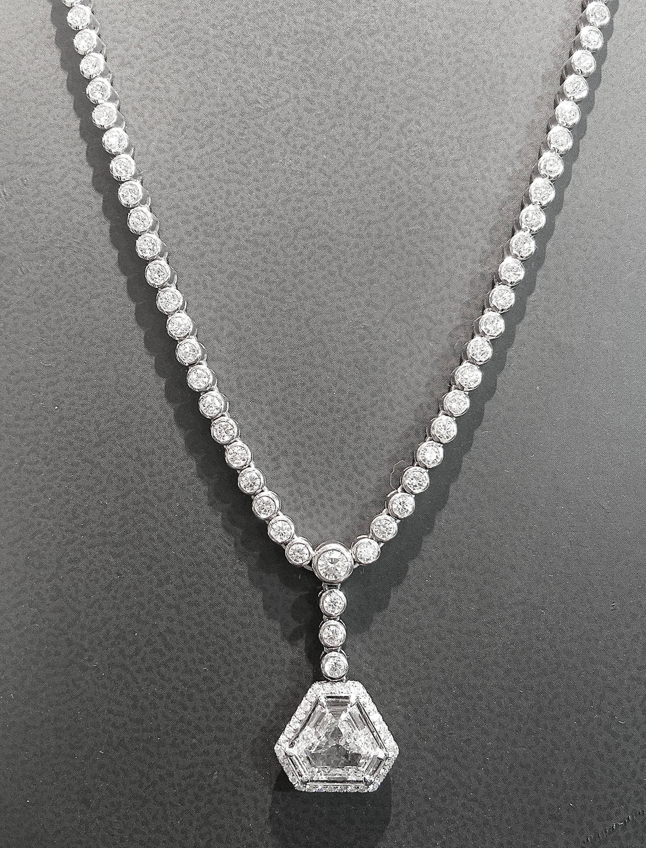 1.60 Carat GIA Cert Diamond Gold Pendant on Diamond Gold Necklace In Excellent Condition For Sale In Paris, IDF