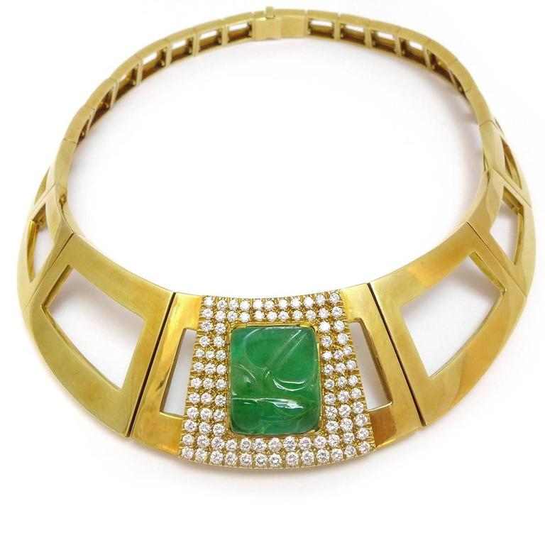 A 750°/00 yellow gold Repossi necklace with square links enhanced in the middle of the necklace with an engraved vegetal decoration emerald surrounding by diamonds. Total diamond's weight : about 4 carats. Link's width : 30 mm. Inside dimensions