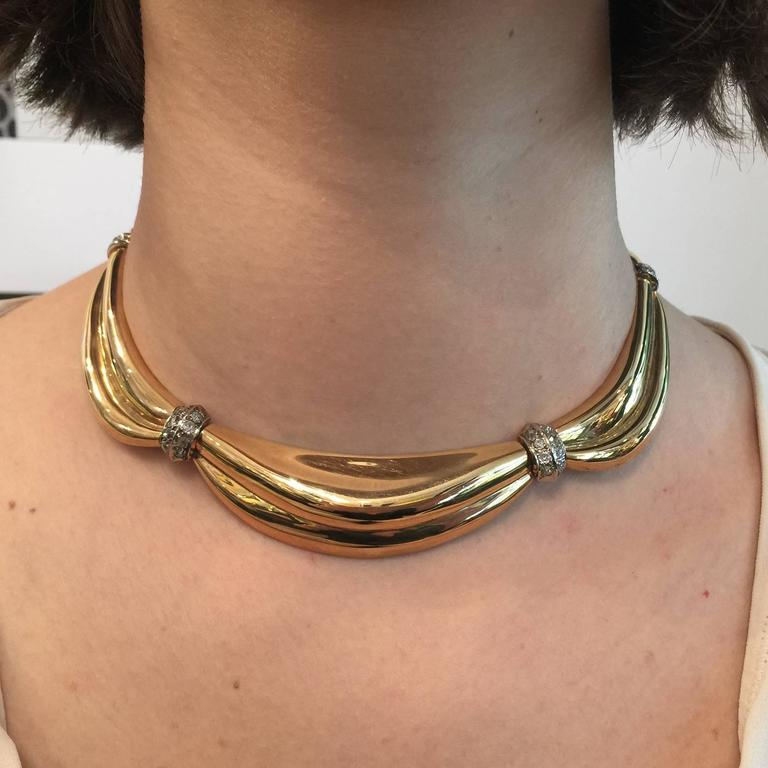 1950s Gold Drapery necklace with intercalary set with diamonds In Excellent Condition For Sale In Paris, IDF