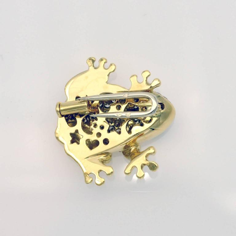 Exquisite  brooch! the frog is nice and rounded, the animal posture makes it almost alive.  the brooch is 18 kt. gold, the back of the frog is pave set with high quality diamonds, with a vivid green round emerald for the eye.  french state