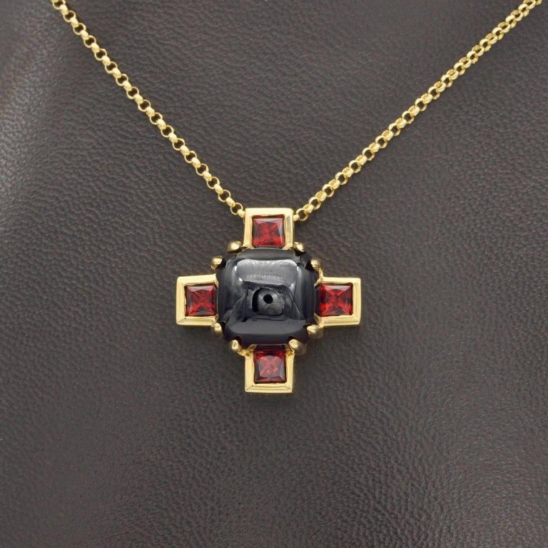 Modern Garnet and Gold Cross Pendant Necklace In New Condition For Sale In Monte Carlo, MC